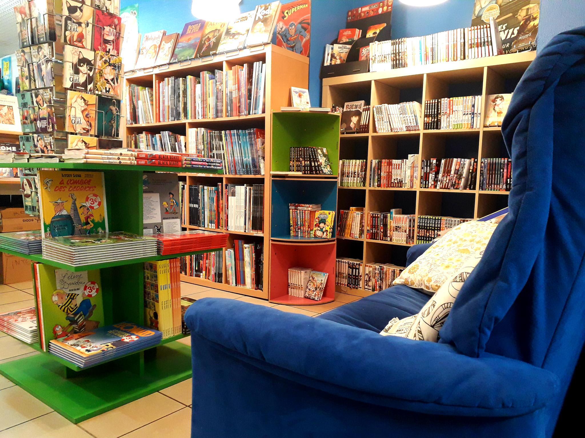 Prendre le temps de la découverte : le canapé du rayon manga est là pour ça !
